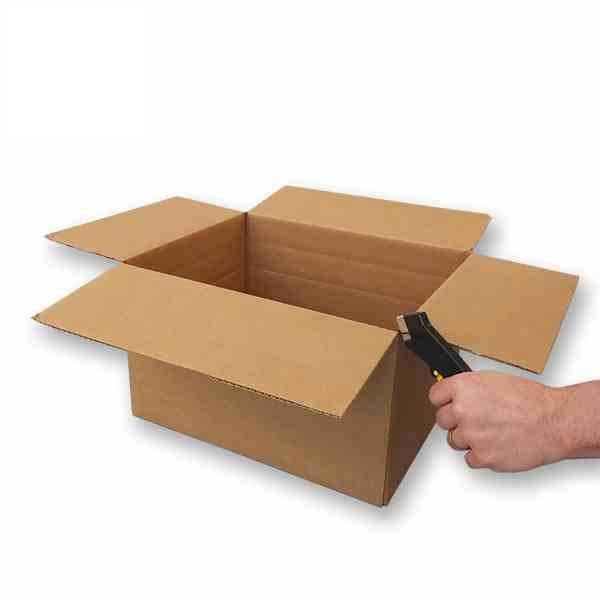 Estas caixas de cartão são adaptáveis em altura para serem ajustadas às medidas dos seus produtos: o vinco permite ajustar a sua caixa em três alturas diferentes e obter uma embalagem perfeita, reduzindo o número de caixas para armazenar.
