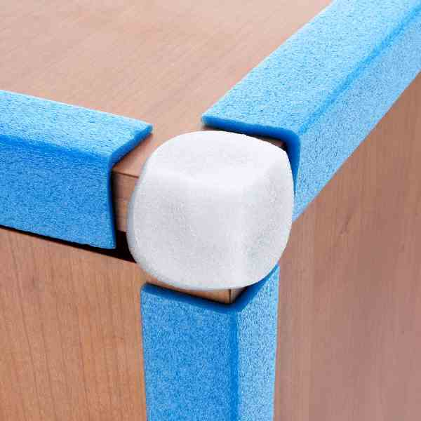 Os cantos de espuma são utilizados para o reforço da embalagem e para aumentar a proteção dos materiais frágeis.